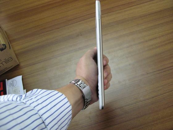 ▲Amazon Kindleの本体は大変薄く、鞄に入れて持ち歩くのにも全く問題ない大きさです。