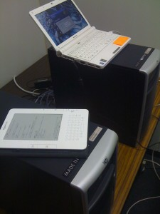 左がKindle2で、右がVMware ESXiクライアント