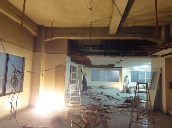 天井を外すと照明記事がないので、床にライトをおいて作業をしています。