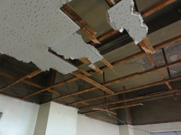 手作業で天井を壊している様子