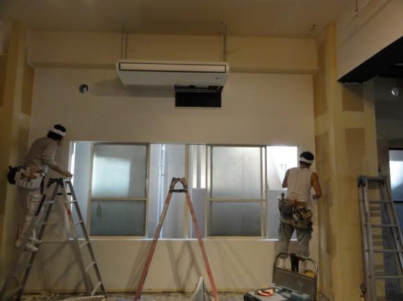 ▲空調も設置され壁紙工事が始まったオフィススペース部分