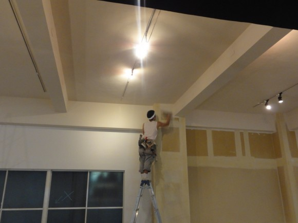 執務スペースの壁紙貼り付け工事の様子
