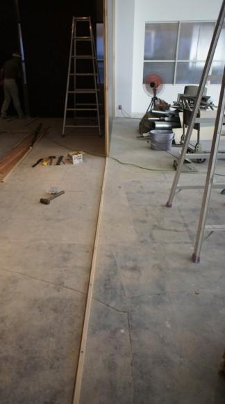 床にレールを造り、木製パネルを上に設置