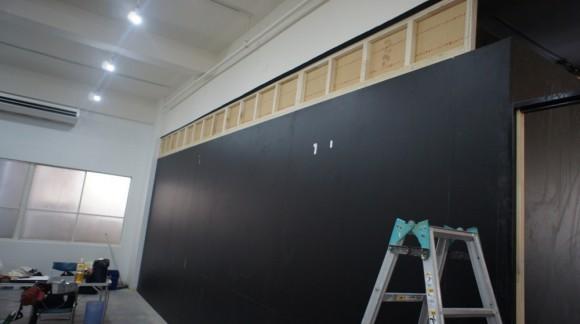 天井までパテーション、壁を作っているところ(まだ黒壁の状態)