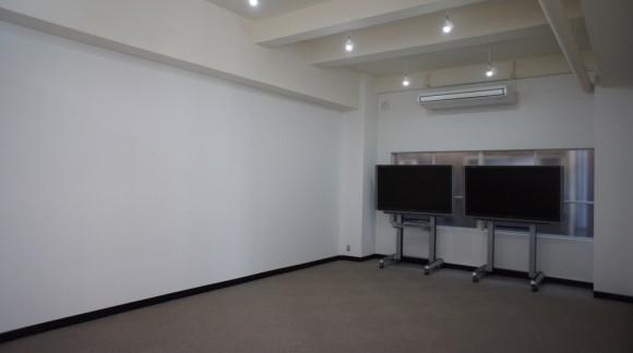 白スタジオには、65インチ液晶が2枚設置されました