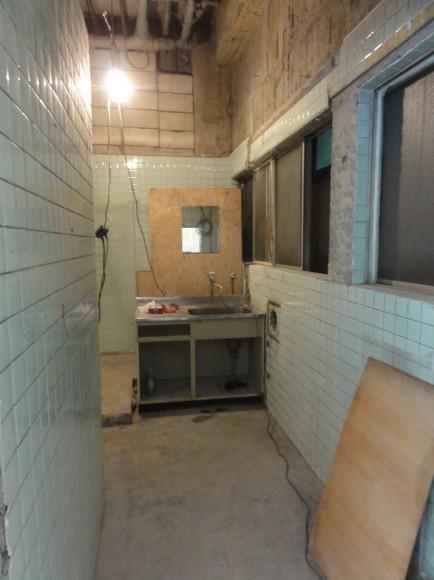 トイレは全部撤去して、全面改築することに