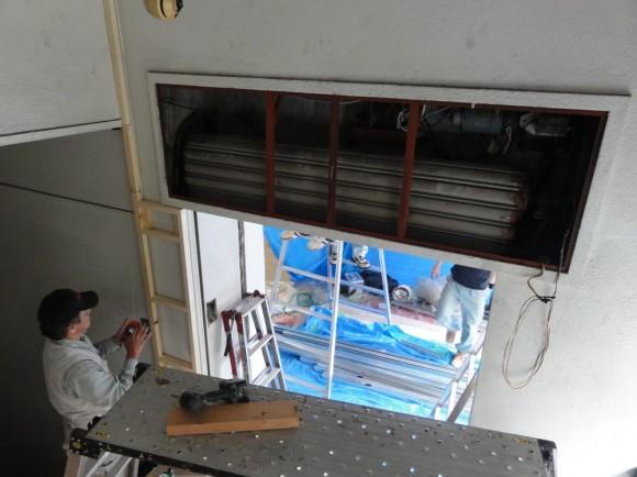 階段部分から見たエントランス。43年前のシャッター。メンテナンスをして動作するようになりました。