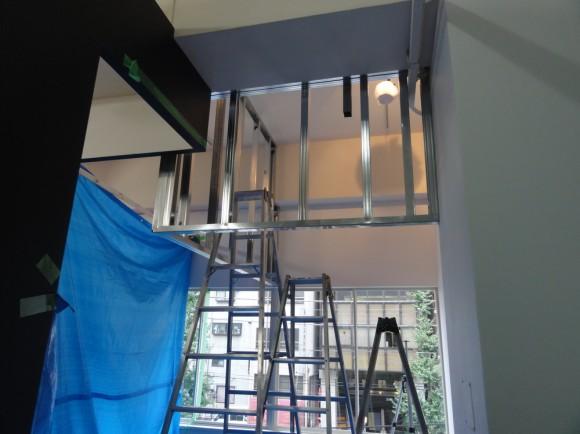上部は壁、下部は、すべてガラスパテーションになる予定です。
