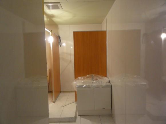 改装後のトイレです。ガラス、ダウンライトを付ける前ですが、だいぶん綺麗になりました