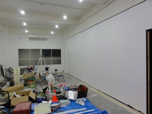壁紙を貼り、真っ白の壁になりました