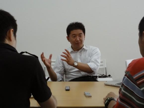 いつも取材時には、黒いシャツ+赤ネクタイですが、今日は、なぜか白シャツで。