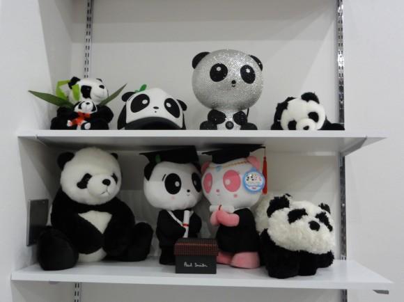 海外出張のたびに、世界各地のパンダを購入して増やしています