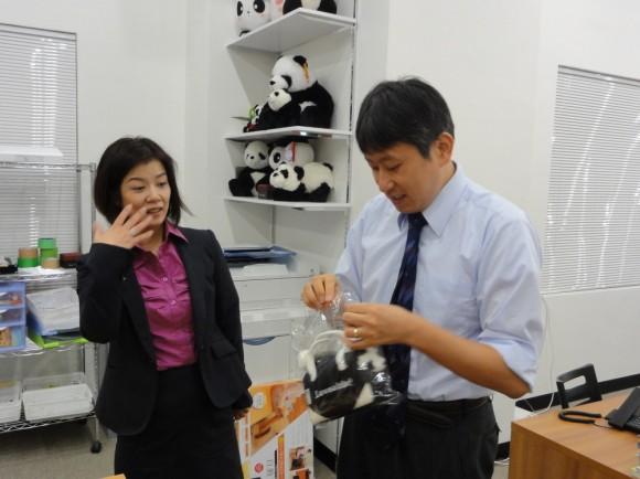 中村さんには「きばらじ」用にと、携帯用パンダ、パンダ専用鞄をいただきました
