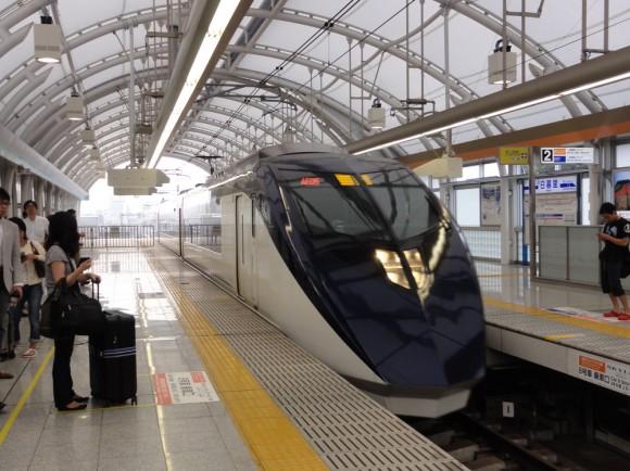 日暮里駅に入ってくる新型のスカイライナーの車両。デザインが格好いい。