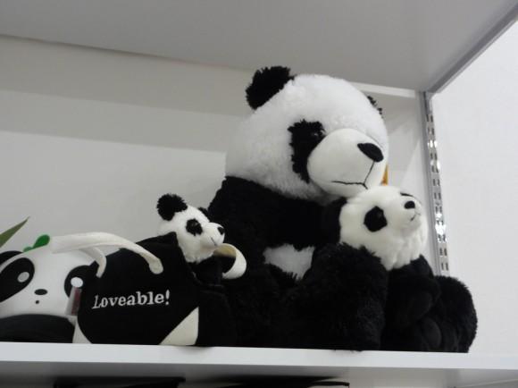 早速パンダ専用棚に飾らせていただきました