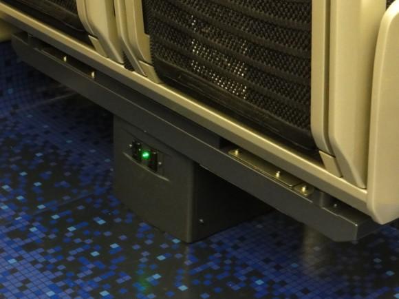 新型スカイライナーの座席の下には、電源コンセントがつきました。