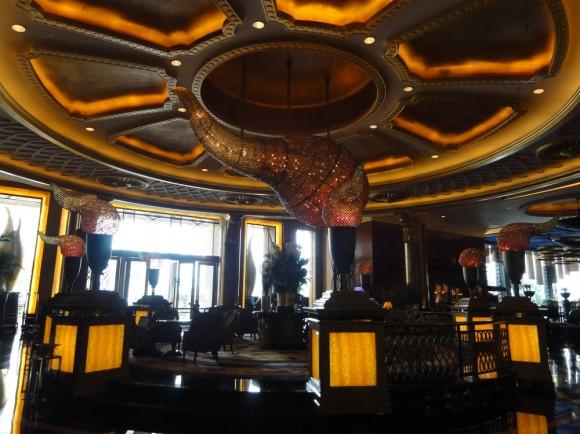 Kenpenski Hotel 深センのエントランスのとても美しい天井