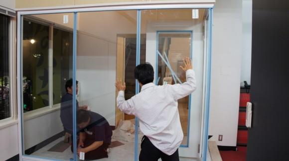ガラスが取り付けられテンションの上がる長谷川部長(シャツだらしい!)