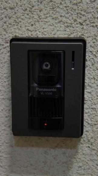 裏口の鉄扉にインターフォンをつけました。お客様側のデザインは、昔から進化なしですね。