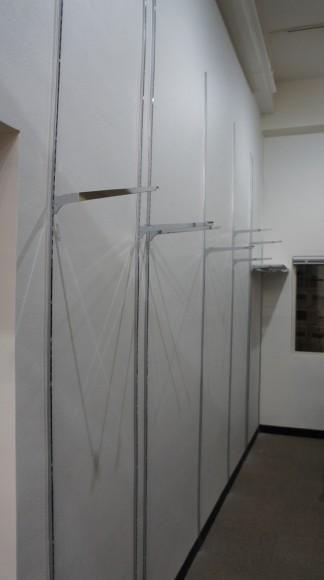 高さ4メートルの天井高を利用して壁面収納を作り始めました