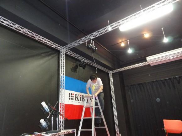 USTREAM用スタジオに巨大なトラスが組み上がりました。後は、照明、音響設備をつけるだけ。