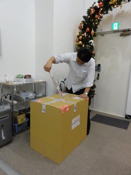 スタジオオープンにあわせて袴田工業さんから大きな段ボールが届きました