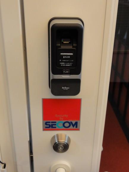 すべての出入り口に指紋認証装置付きの電子錠を取り付けました