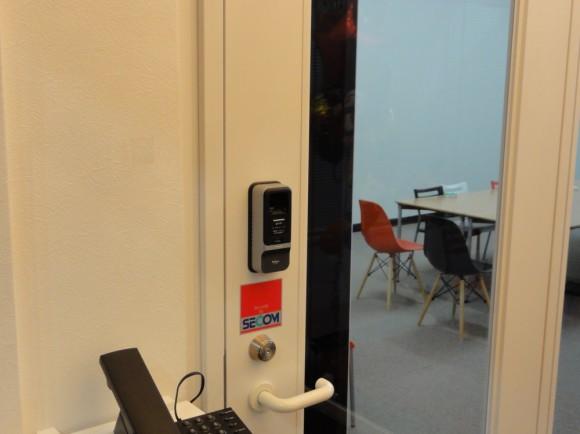 電子錠(指紋認証tき)と、鍵の2重のセキュリティー担っています