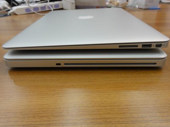 Mac Book Pro と Mac Book Air を重ねてみた