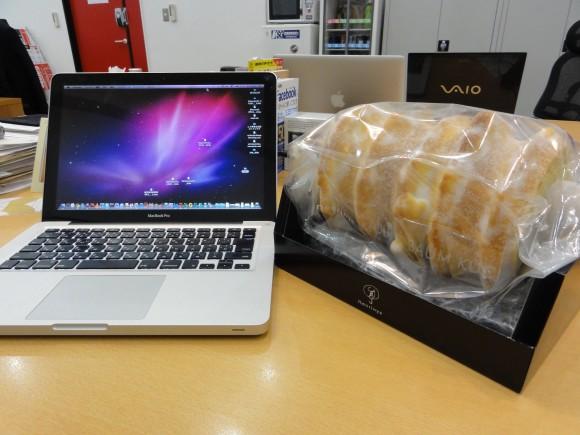 ▲ねんりん家のバームクーヘンとMacBookPro