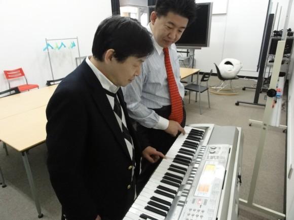 木済さんと社長で社内のキーボードで楽曲のイメージを確認中