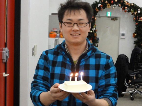 ▲お誕生日ケーキ(豆腐と仏具のローソク)をお持ちの王様
