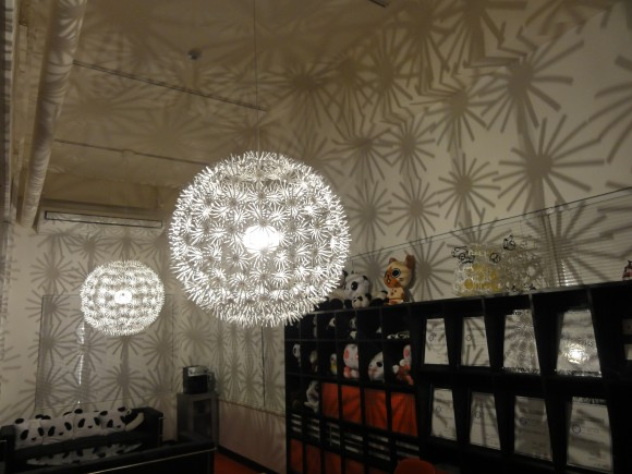 パンダスタジオのロビー(赤スタ)の照明器具が新しくなりました