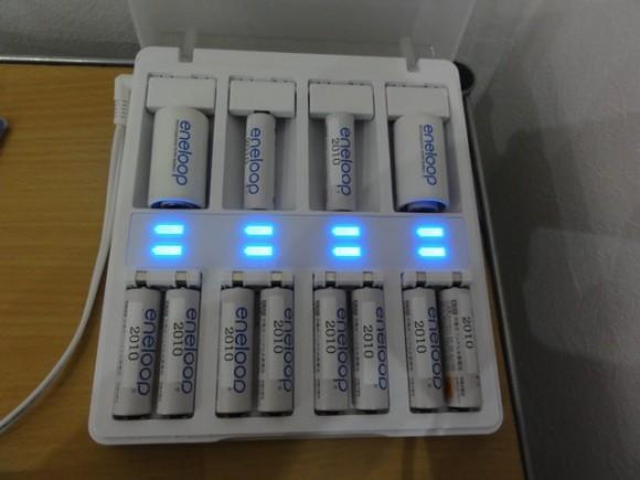 位置さえ合わせれば、単二電池専用の場所で単三電池も充電できる!