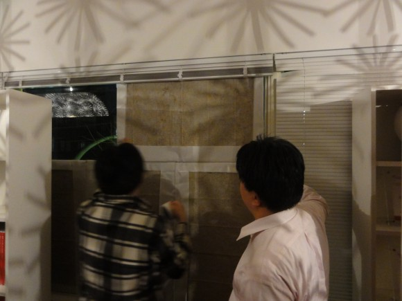 昌平橋通りの窓に防音材をあわせ、最後は、養生テープで固定