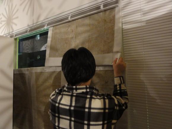 窓にできるだけ隙間を作らず、ぴったり貼る作業に四苦八苦