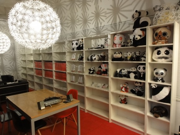 パンダスタジオのロビーの本棚が半分まで完成!(高さは倍になる予定)