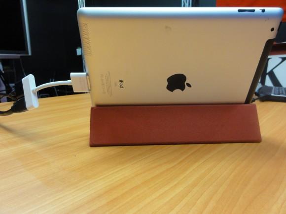 ▲裏から。iPad2のSmart Coverを折りたたんで立てています。