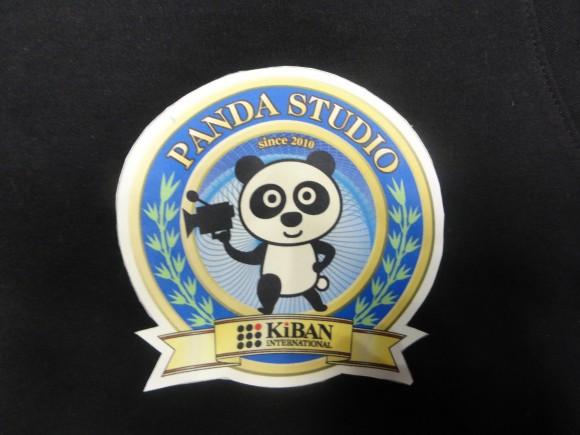 ▲胸にはパンダスタジオのロゴマーク