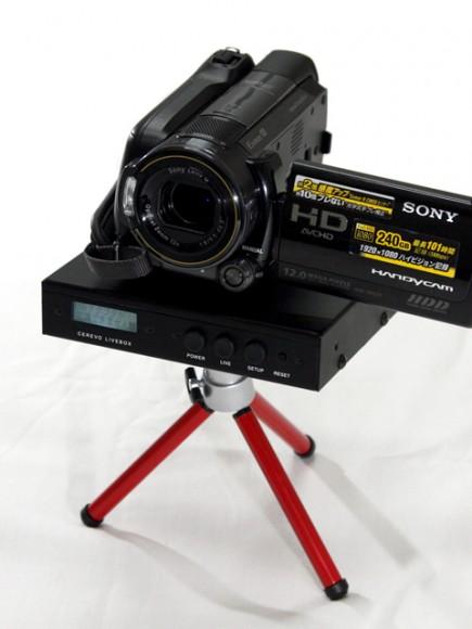 ▲CEREVO LIVEBOXにビデオカメラと三脚をセットした状態