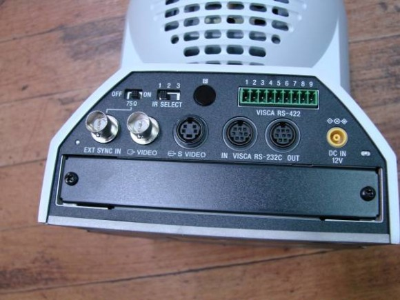BRC-300の背面部分。リモートコントロール用の接続があるのが特徴。
