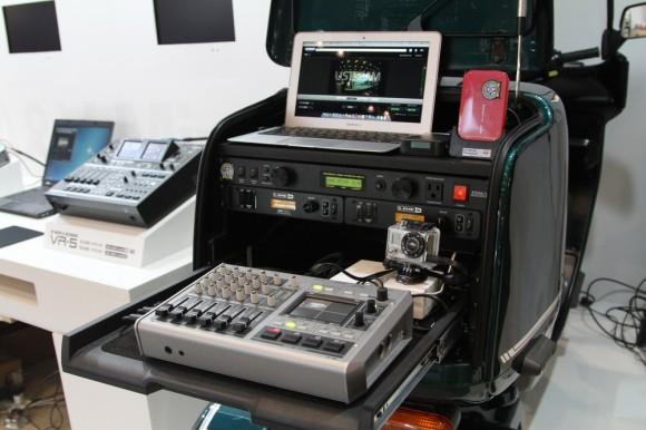 ボックスの中には、ROLANDの2011年11月15日(今日)発表のAVスイッチャーVR-3が搭載されています。